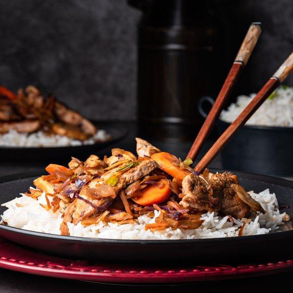 Filet de porc asiatique sur un lit de vermicelles