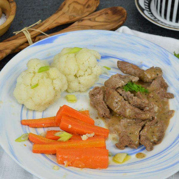 Haut de surlonge AAA avec sauce et légumes